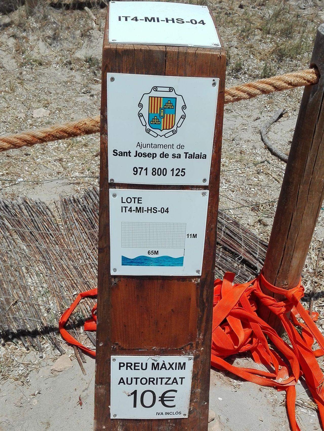 Tótem junto al Malibú, con la placa arrancada. Foto: Noemí López